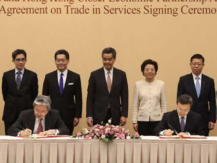 Chief Executive CY Leung witnessed the signing of the Agreement on Trade in Services by Financial Secretary John Tsang and Vice Minister of Commerce Wang Shouwen.