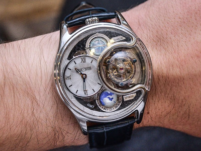 An exhibitor showed off sophisticated timepieces in Watches and Wonders, an annual watch fair held in Hong Kong since 2013.